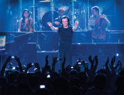 YANNI - ONSTAGE POINTING - PHOTO BY Krystalán